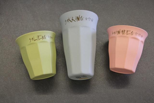 Bambus-Mugs mit Schriftzug; erhältlich bei www.diegluecklichkeit.com