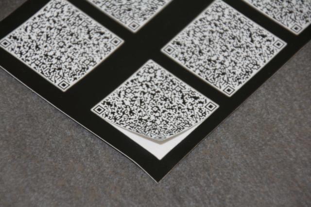 QR-Code auf Laserfolie und Schnitt für einfaches Ablösen der Etikette