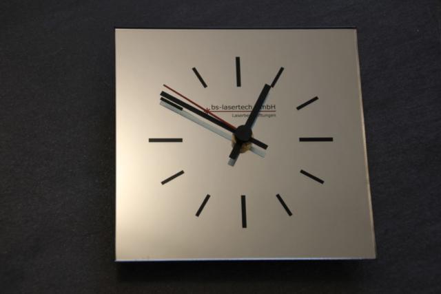 Spiegel mit Firmenlogo und Uhr